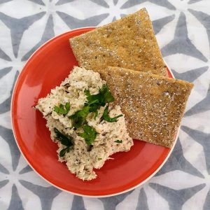 VEGAN-CAULIFLOWER-HUMMUS-DOINDUBAI-SERVE-WITH-CRACKER