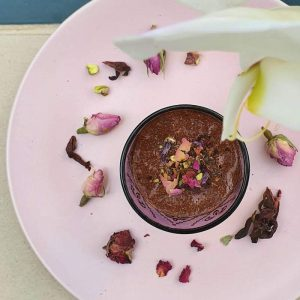 easy chocolate mousse doindubai pink plate with orchid